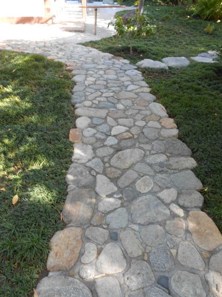 Senderos y caminos de piedra para el jard n for Camino de piedras para jardin
