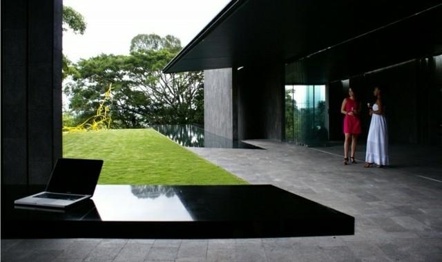 piscina alargada estrecha estilo moderno