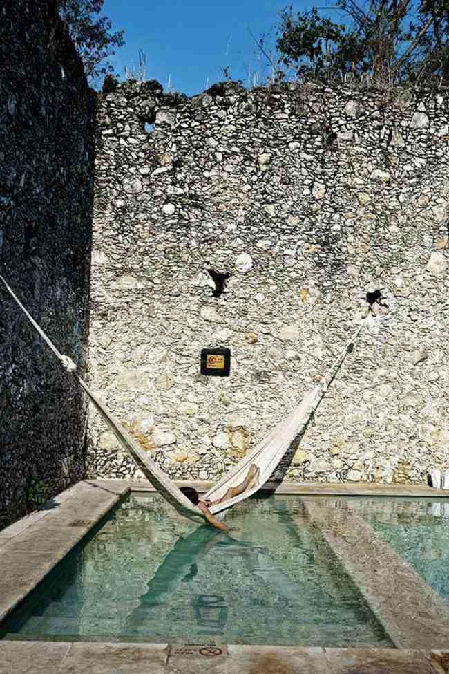 piscina baño muro piedra grande