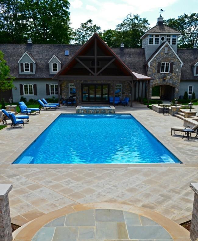 piscina clasica tumbonas azules casa