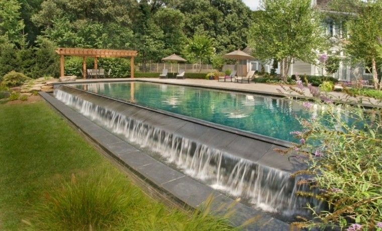 piscina grande agua fuente cascadas
