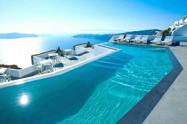 piscina grande color celeste playa