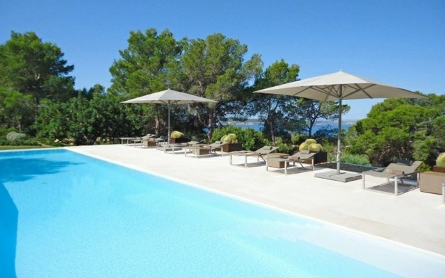 piscina grande dos sombrillas diseño