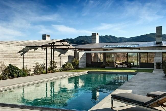 piscina grande forma rectangular moderna