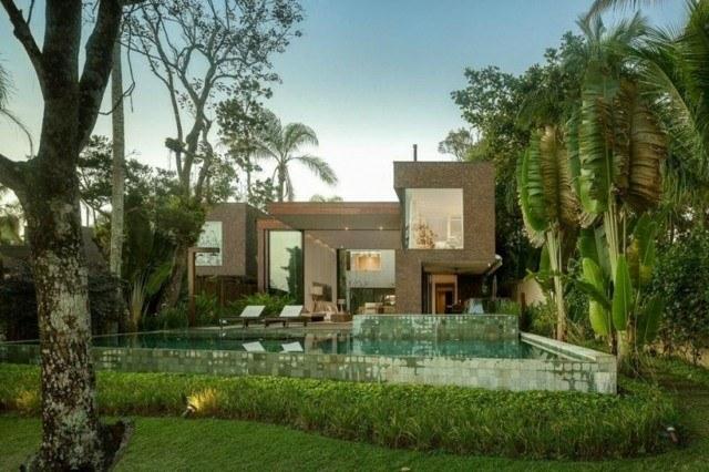 piscina grande hormigon jardin azulejos