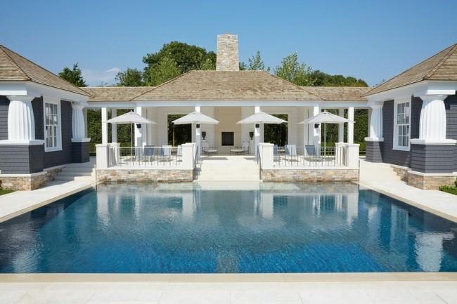 piscina grande sombrillas blancas lujo