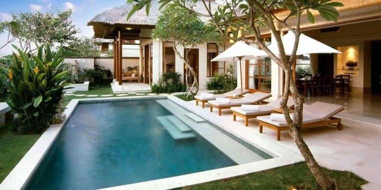 piscina hamacas tumbonas sombrillas jardín