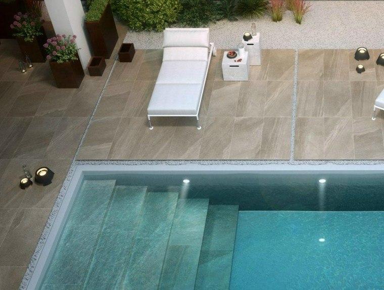 piscina iluminada tumbona blanca jardin ideas