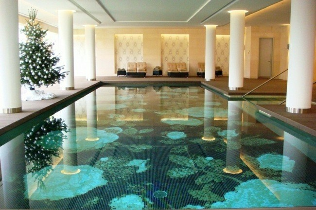 piscina interior columnas blancas fondo