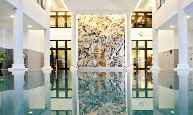 piscina interior cubierta muro piedra