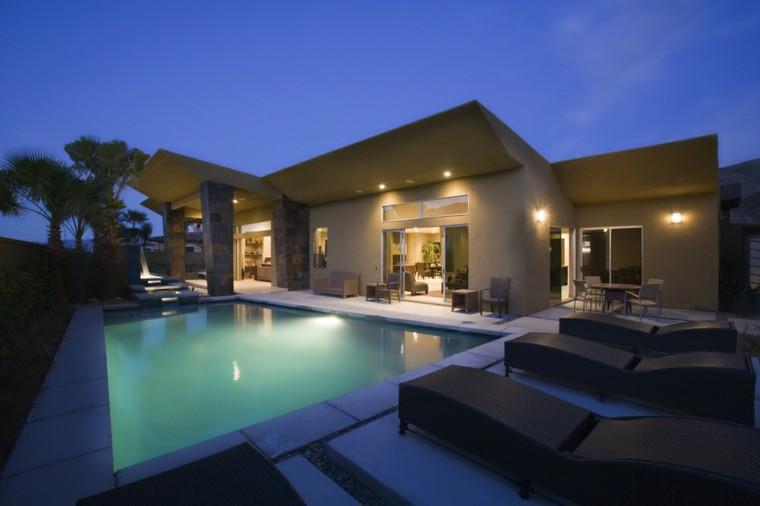 piscina jardin iluminada noche tumbonas ideas