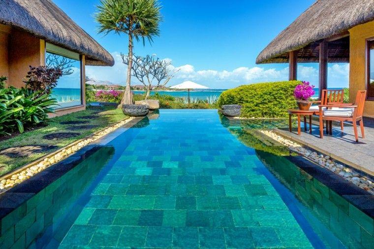 Piscina en el jard n 75 ideas para refrescar el verano - Losas para piscinas ...