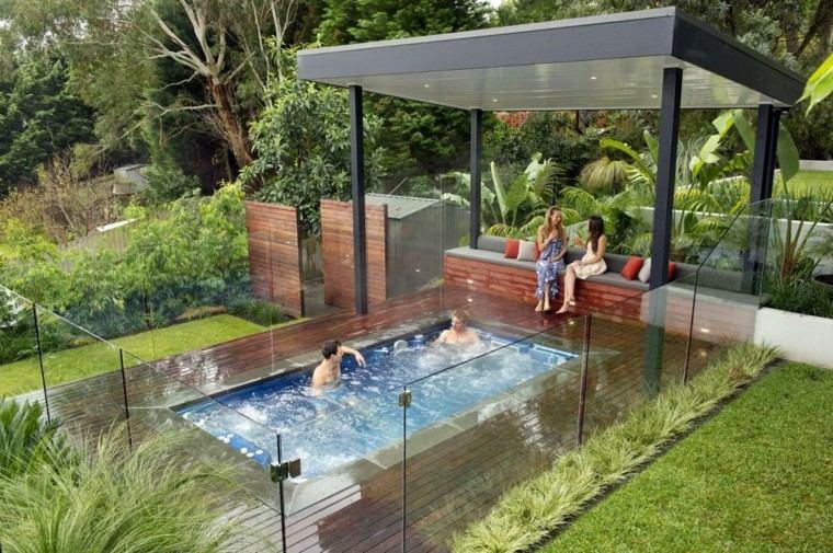 piscina jardin personas disfrute cesped