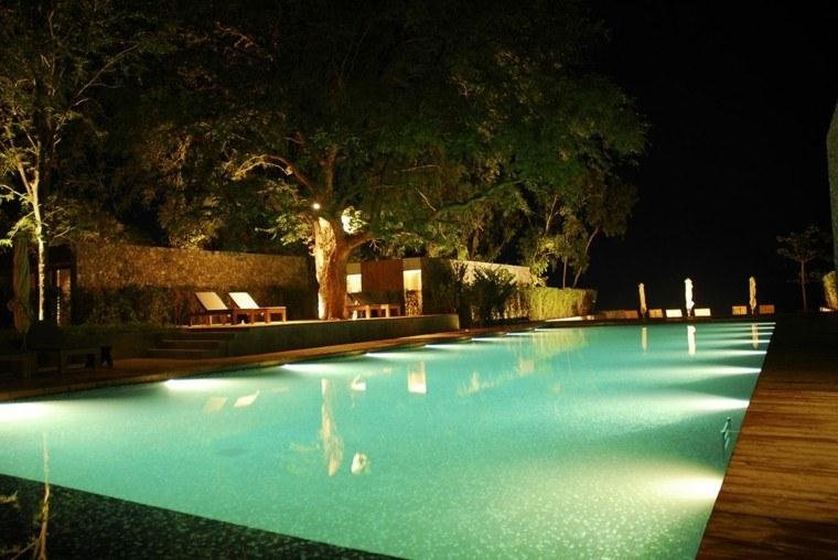 piscina lamina mosaico noche madera