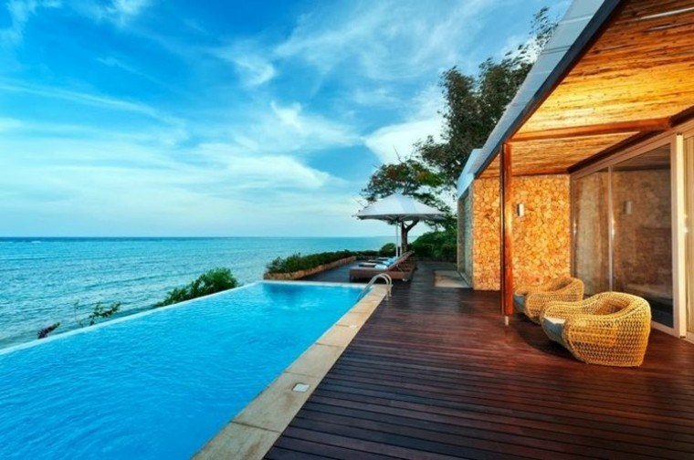 piscina libre terraza madera cielo