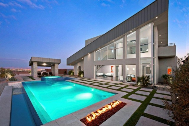 piscina moderna atardecer chimenea jardin