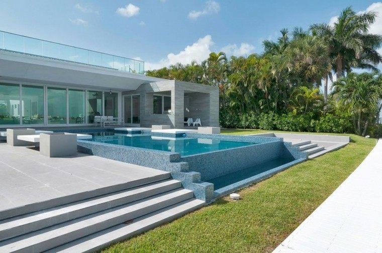 piscina moderna escalones mosaico azul