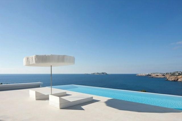 piscina moderna sombrilla blanca redonda