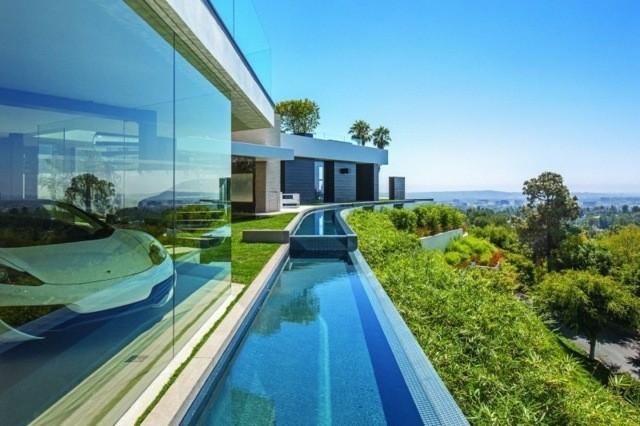 piscina infinita pasillo cielo azul