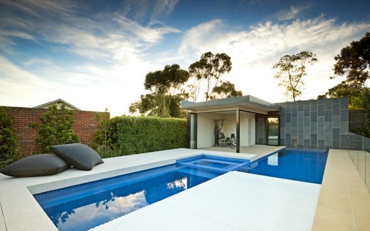 piscina pequeña cojines negros azulejos