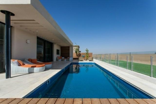 piscina plataforma madera tumbonas naranja