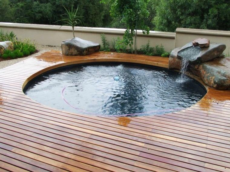piscina redonda plataforma madera cascada