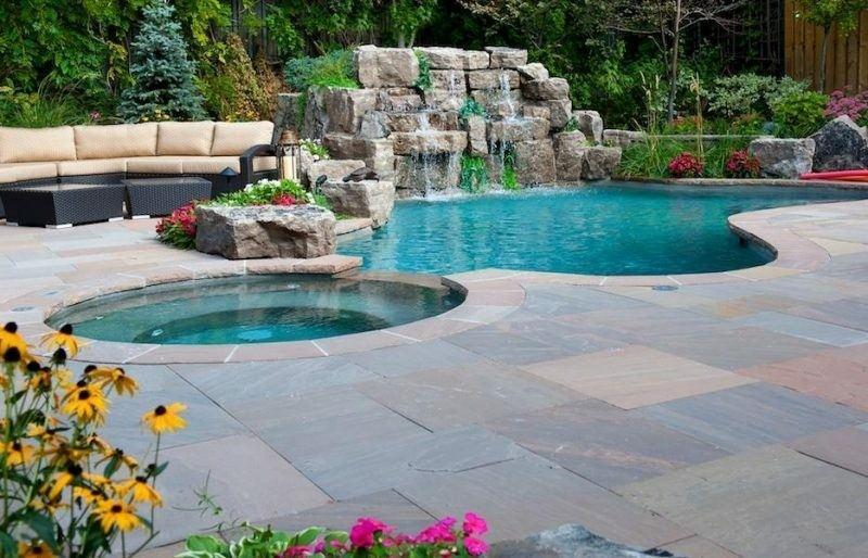 piscina rocas jardin cascada jacuzzi