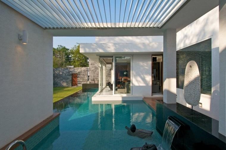 jardin piscina semicubierta fuente cascada