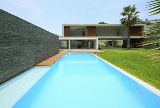 piscina grande soleada color celeste
