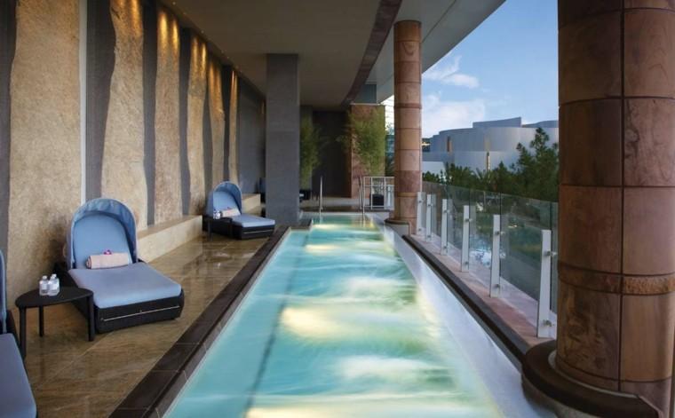 piscina terraza larga estrecha iluminacion tumbonas ideas