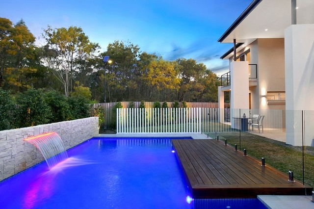 piscinas fuentes cascadas luces colores