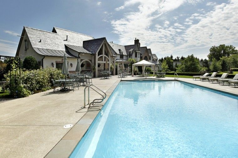 piscinas grandes jardin pergola tumbonas mesas sillas acero ideas