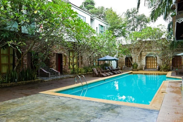 piscinas grandes jardin tumbonas sombrilla negra ideas