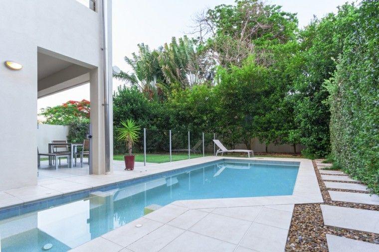 piscinas jardin formas interesantes camino losas guijarros ideas