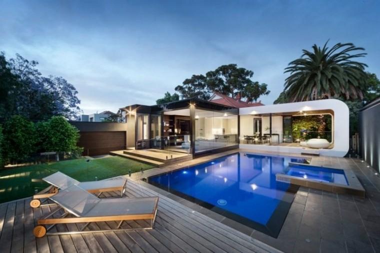 piscinas jardín tumbonas madera cesped ideas