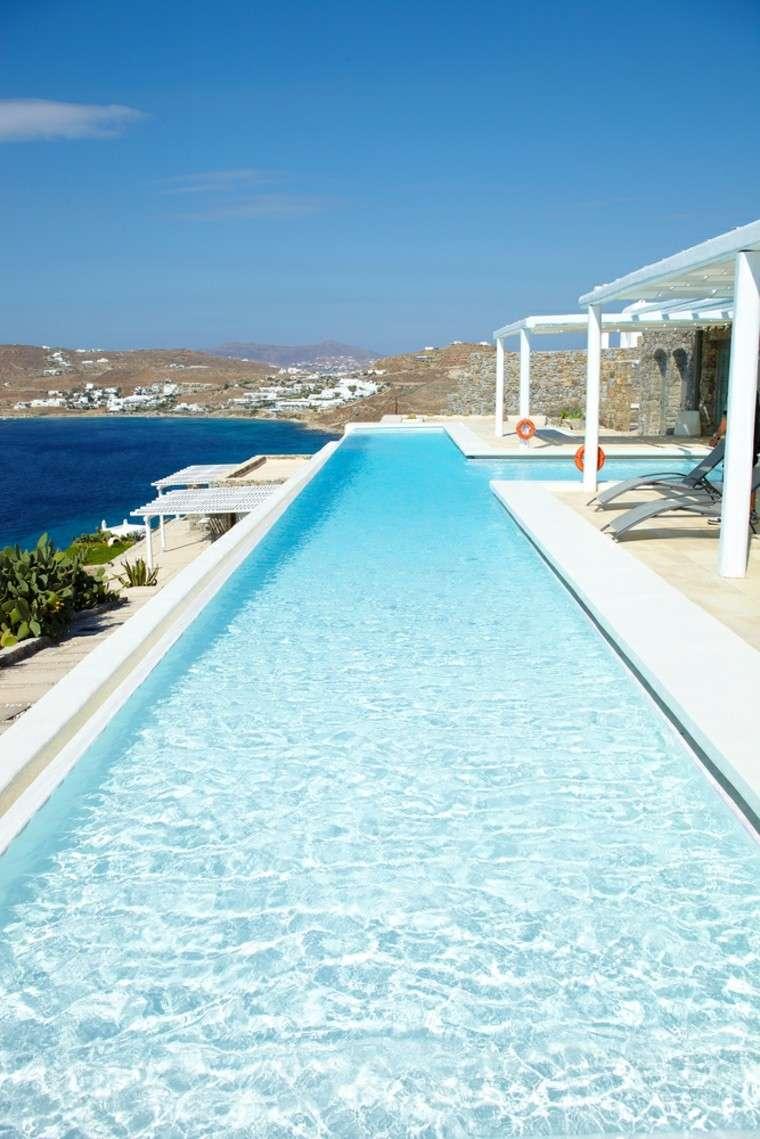 piscinas terrazas estrechas largas pergola blanca tumbonas ideas