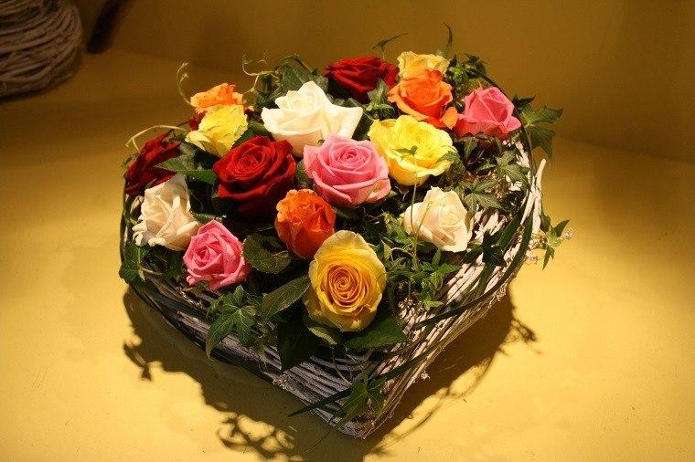 plato forma corazon ramas rosas colores ideas