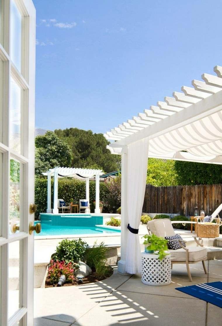 refrescante patio pergola blanca ambiente