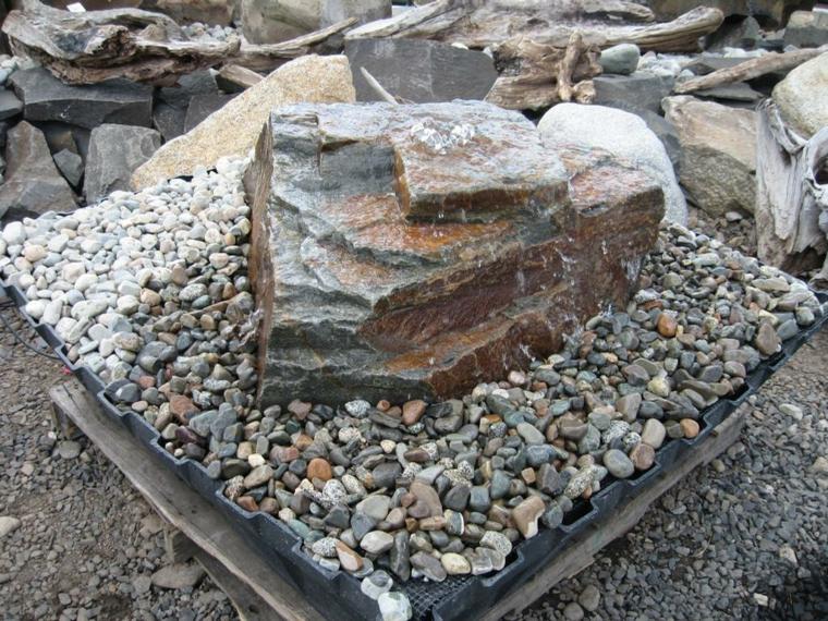roca grande piedras pequeñas fuente