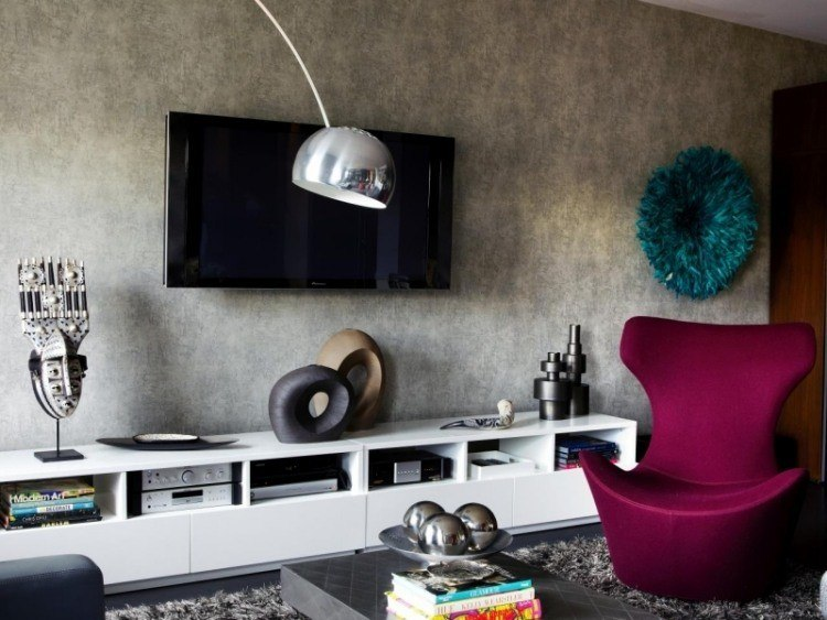 salon moderno pared gris muebles blanco sillon purpura ideas