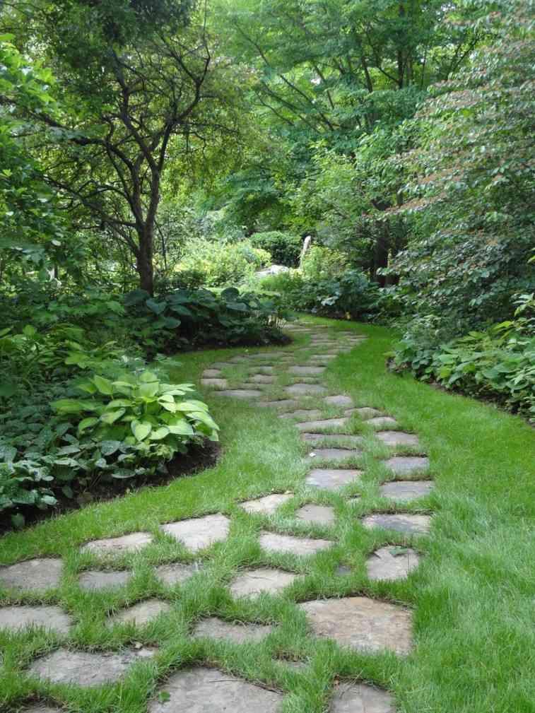 Senderos y caminos de piedra para el jard n for Jardines cesped artificial piedras