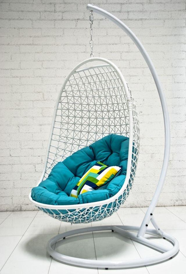 silla blanca colgante cojin azul