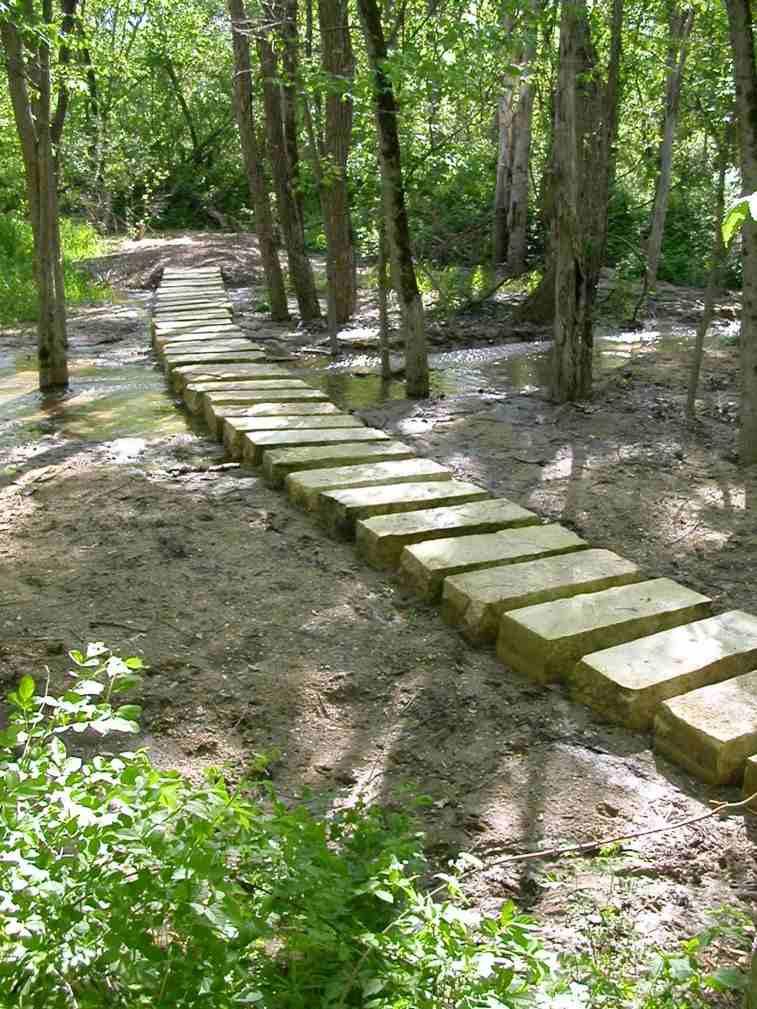 Senderos y caminos de piedra para el jard n for Colocar adoquines en jardin
