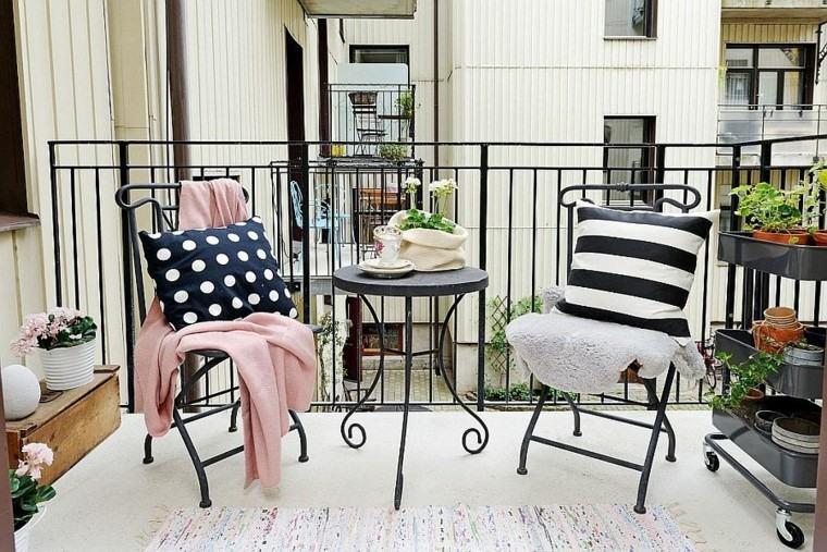 sillas acero terraza apartamento pequeno escandinavo ideas