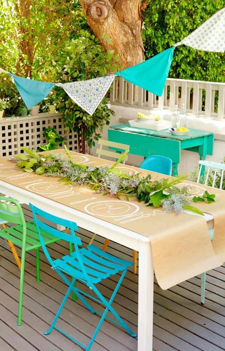 sillas colores azul vibrante mesa blanca ideas