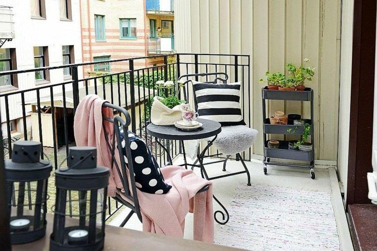 sillas negras terraza pequena estilo ecandinavo ideas
