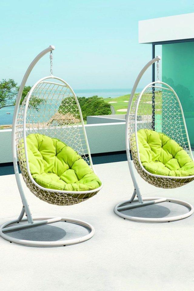 sillas colgantes blancas cojines verdes