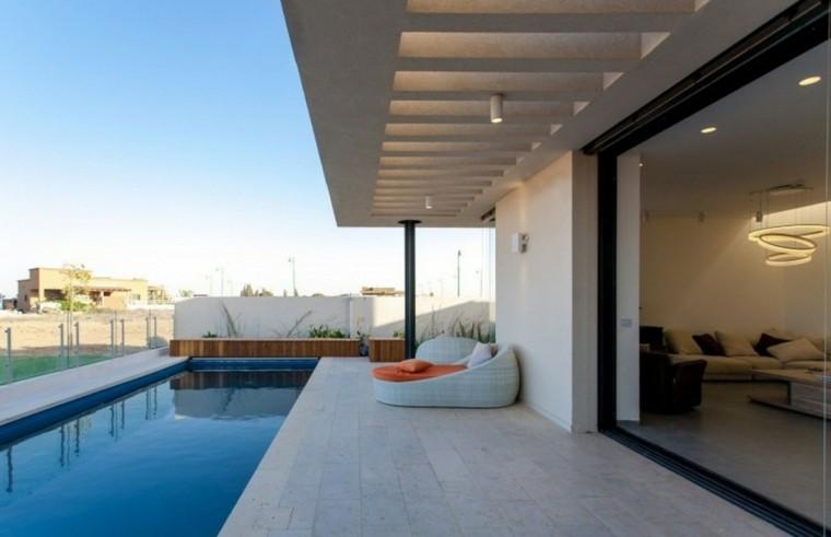 sillon blanco mimbre piscina moderna