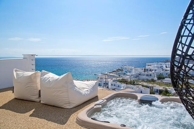sillones blancos puff terraza soleada