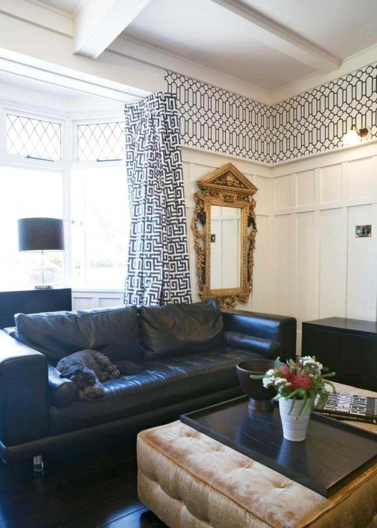 sofa cuero negro espejo recuadro oro pared salon moderno ideas